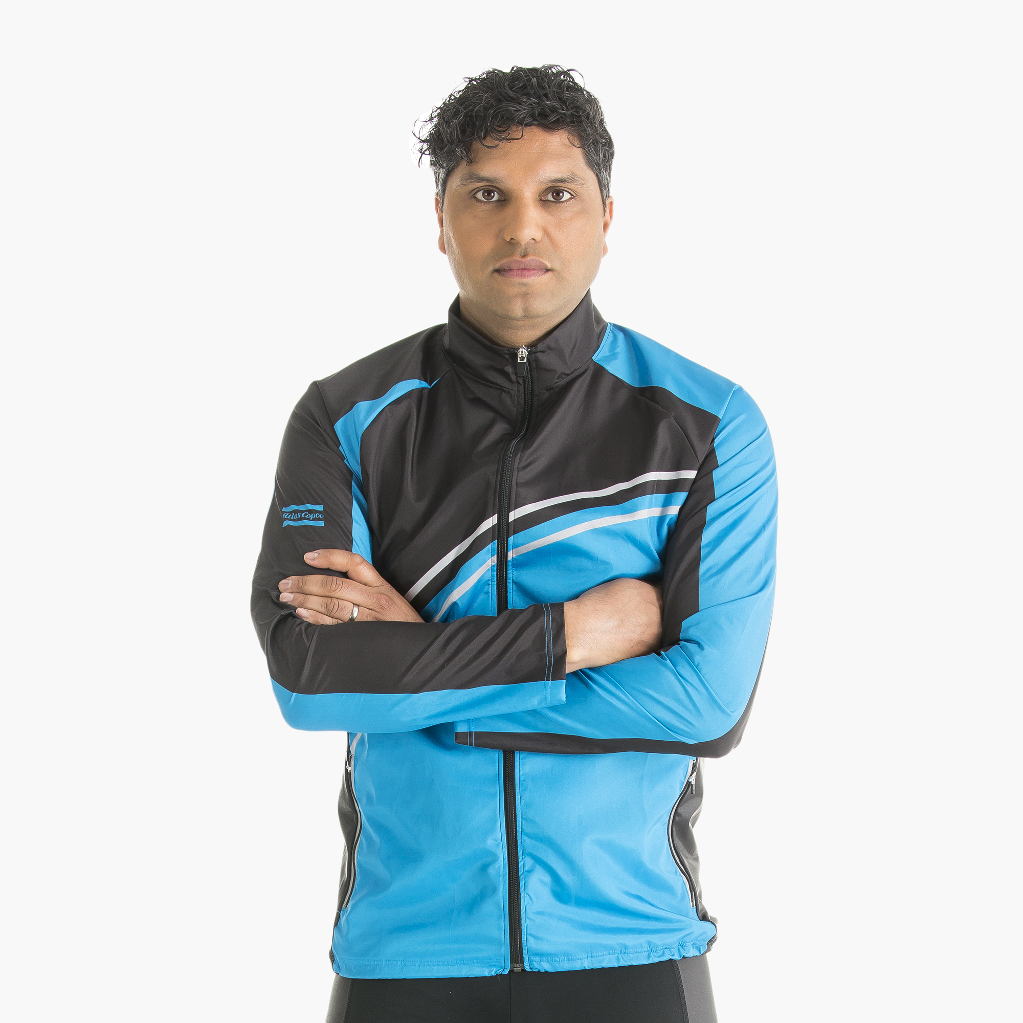 A wind resistant jacket for people who stick to their training schedule whatever the weather. Performance Jacket has raglan sleeves, a long front zip, a reflective strip on the back, zippered pockets for things you need with you and elastic side fabric insertions for optimal freedom of movement.